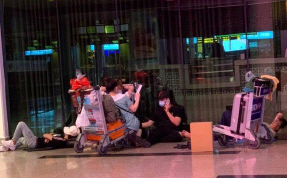 Nhiều hành khách bám trụ sân bay Tân Sơn Nhất vì hà Nội thiếu chỗ cách ly