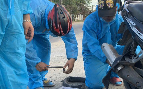 Nhóm SOS Đà Nẵng thay ruột mới cho xe của người dân về quê. Mỗi người một nghề nghiệp, nhưng khi nghe bà con cần, họ sẵn sàng lên đường giúp đỡ