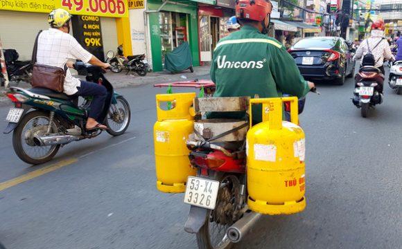 Người giao gas bằng xe máy phải có giấy đi đường nhưng quận, huyện chưa cấp kịp khiến việc đặt gas của người dân khó khăn, kể cả doanh nghiệp phân phối gas cũng gặp khó - Ảnh minh họa: NGỌC HIỂN