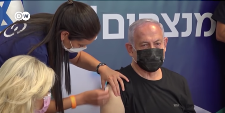 Cựu Thủ tướng Israel Benjamin Netanyahu tiêm vắc xin phòng Covid-19 (ảnh chụp màn hình video DW trên Youtube). Nhiều người đã tiêm phòng vẫn nhiễm virus, điều đó cho thấy hiệu quả vắc xin giảm trong vài tháng.