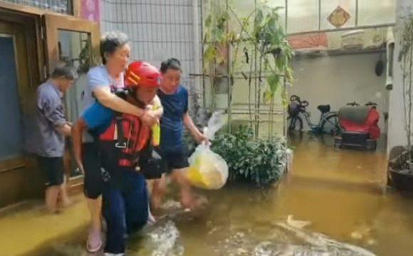 Tình nguyện viên cứu trợ người dân vùng lũ (ảnh: Youtube/月破).