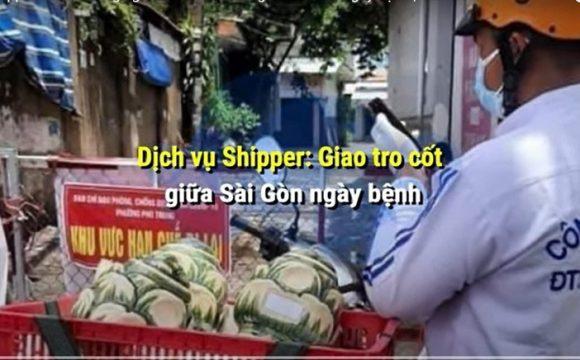 Shipper mặt đồ trắng tinh, giao tro cốt giữa lòng Sài Gòn. (Ảnh chụp qua màn hình Youtube)
