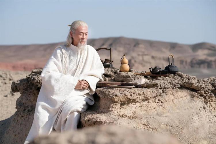 Cao nhân mặc y phục màu trắng, đã 1000 tuổi, trên mặt xuất hiện rất nhiều nếp nhăn. (Ảnh minh họa qua Sohu)