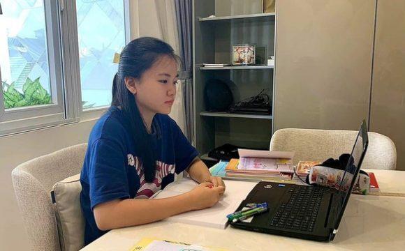Học sinh Trường THCS-THPT Đào Duy Anh, Q.6 (TP.HCM) học trực tuyến - Ảnh: TRẦN MINH
