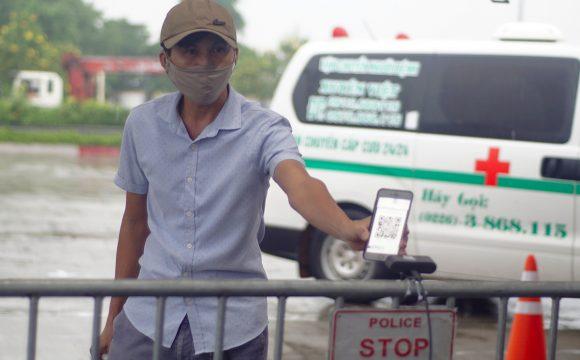 Người dân quét mã QR ở chốt Pháp Vân sáng 14/9. Ảnh: Vnexpress