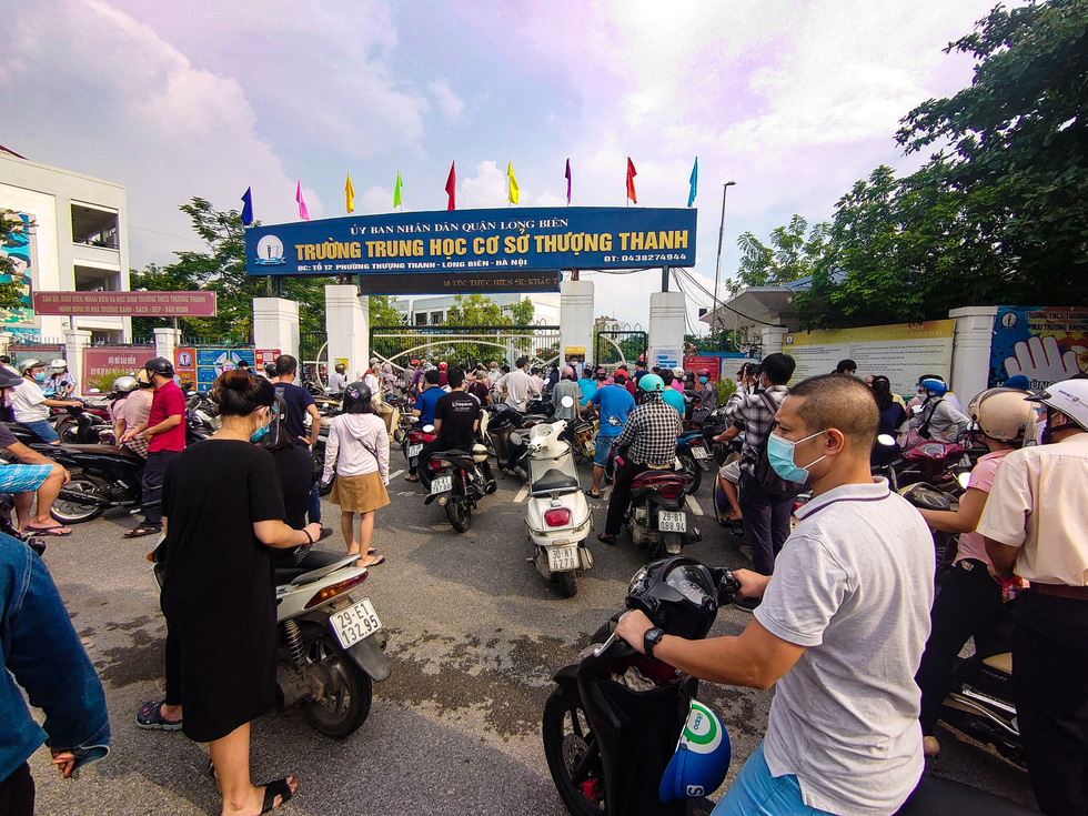 Điểm tiêm chủng ở Trường THCS Thượng Thanh (phường Thượng Thanh, Long Biên) đông nghẹt người chiều 9-9 - Ảnh: NAM TRẦN