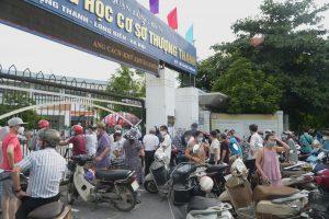 Bảo vệ phải đóng cửa điểm tiêm chủng, yêu cầu người dân ở ngoài cổng - Ảnh: PHẠM TUẤN