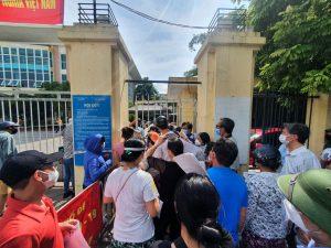 Chen lấn tiêm vắc xin COVID-19 tại phường Bồ Đề, Long Biên - Ảnh: ÁNH NAM