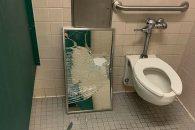 Gương nhà vệ sinh của trường trung học bang Texas bị học sinh đập vỡ. Ảnh: Kxan