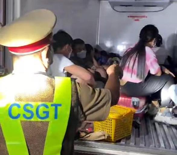 Lực lượng chức năng làm việc liên quan đến vụ xe tải đông lạnh chở người thông chốt kiểm soát dịch COVID-19 Tân Đức, huyện Hàm Tân, Bình Thuận - Ảnh: CSGT CÔNG AN BÌNH THUẬN